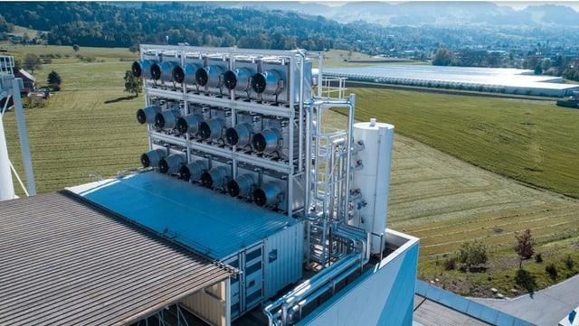 Eine Ventilatoren-Anlage von Climeworks in Hinwil/ZH, die CO2 aus der Luft aufsaugt und an eine Gärtnerei weiterleitet.