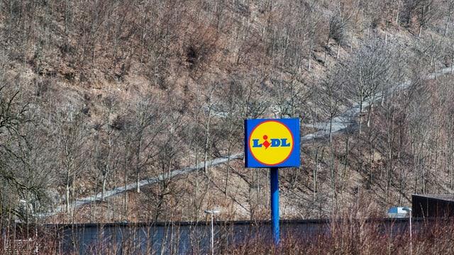 Lidl-Schild vor Landschaft