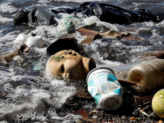 Büchsen, Plastiksäcke, Flaschen und eine Kinderpuppe werden ans Ufer angschwemmt
