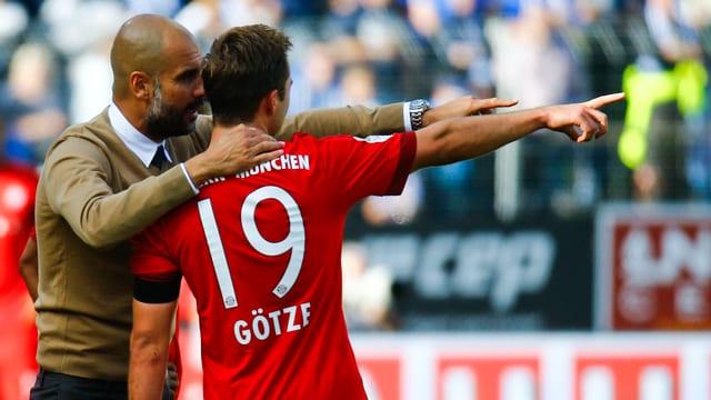 Pep Guardiola gibt Mario Götze Anweisungen.
