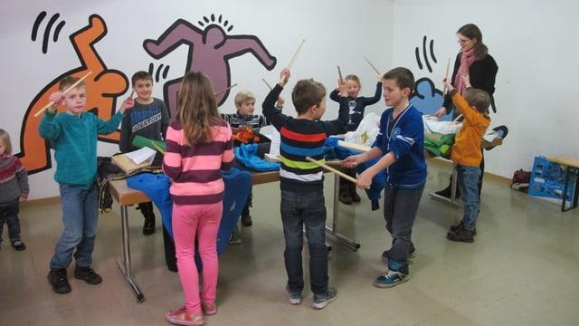 Kinder üben Trommeln für die Fasnacht