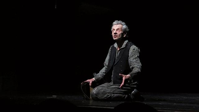Marco Morelli kniet auf der Bühne