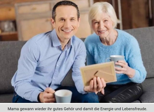Mann und ältere Frau lächeln in die Kamera