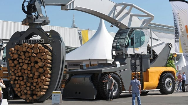 Ein riesiger Holz-Kran der Firma Liebherr an einer Ausstellung in Deutschland.