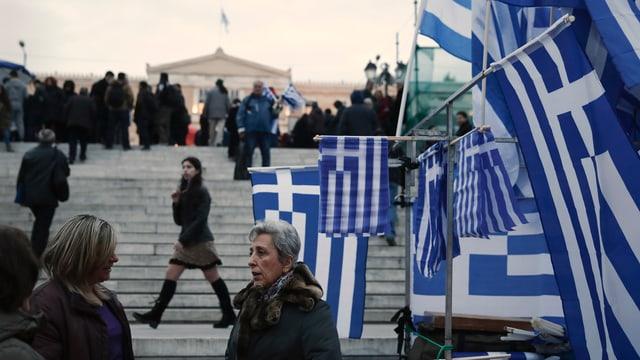Ein Stand mit griechischen Flaggen.