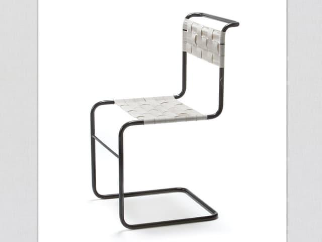 Freischwinger Stuhl aus einem Stahlgestell.