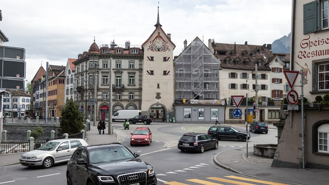 Verkehr in der Stadt Chur, die Altstadt im Hintergrund.
