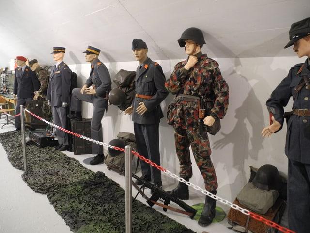 Schaufensterpuppen in Militäruniformen.