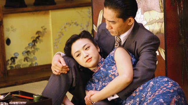 Mann und Frau liegen sich in den Armen