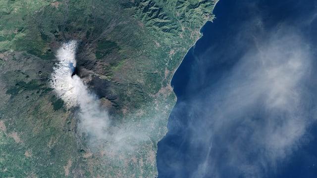 vulcan etna sin foto da satellit cun fim che vegn or da chamin