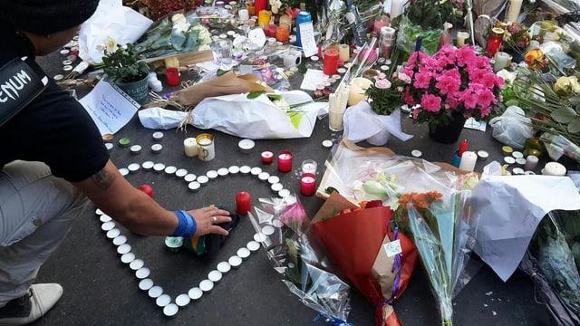 Blumen und Kerzen in Paris für die Opfer der Anschläge