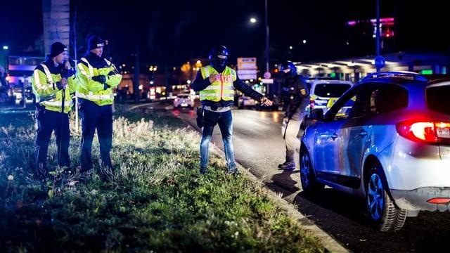 Purtret da policists che stattan dasper il cunfin.