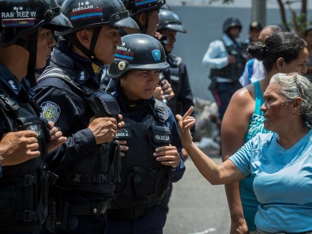 Frau zeigt Polizei den Finger.