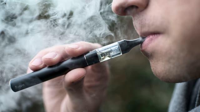 Raucher mit E-Zigarette.