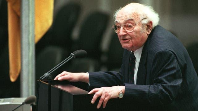 Der deutsche Schriftsteller Stefan Heym, während seiner Rede zur Eröffnung des Berliner Reichstages im November 1994.
