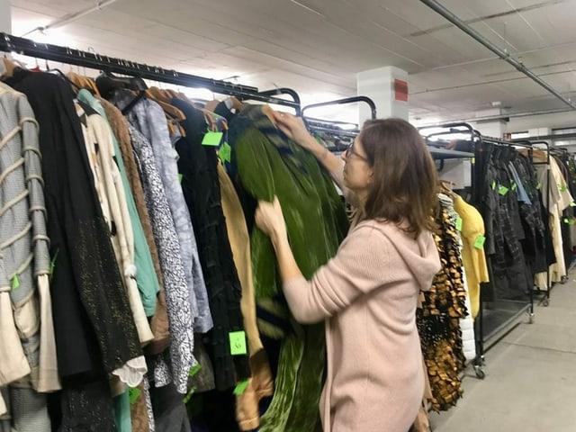 Frau schaut sich Kleider an
