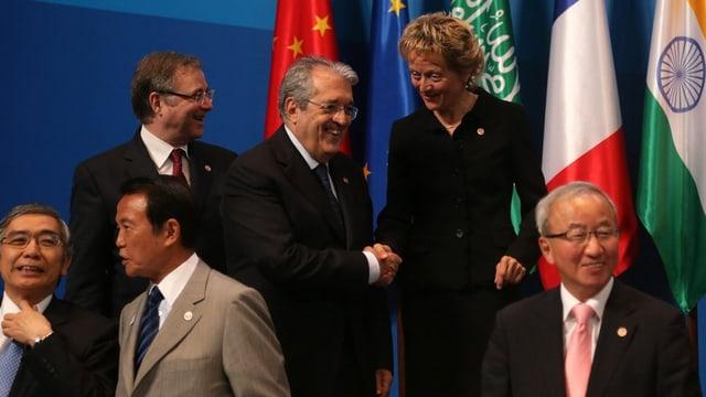 Finanzministerin Widmer-Schlumpf steht zusammen mit anderen Finanzministern der G20 zum Fototermin.