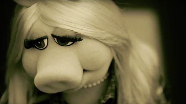 Die Stoffpuppe Miss Piggy mit traurigem Blick.
