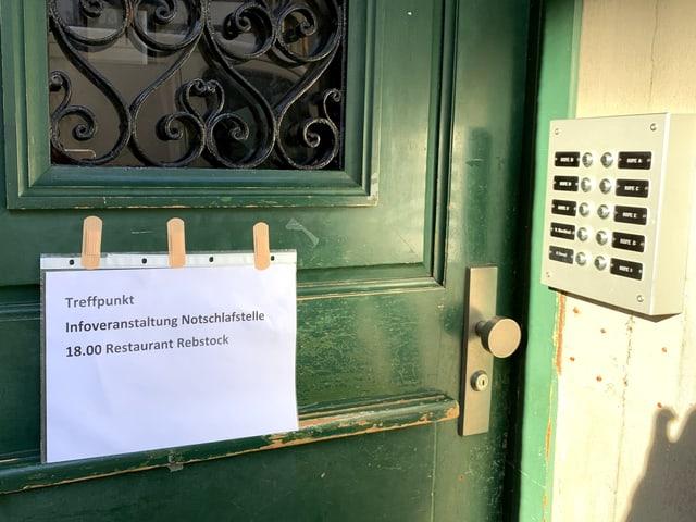 Schild an einer Türe mit Hinweis zu einem Informationsabend.