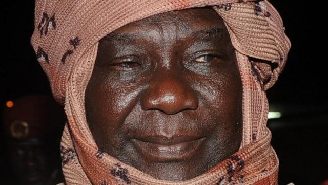 Ein dunkelhäutiger Mann mit Turban.
