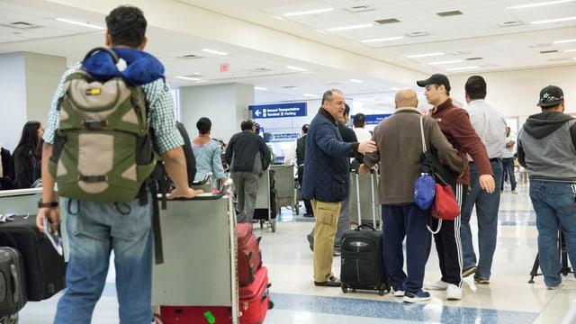 Ankommende Touristen an einem US-Flughafen vor dem Einreiseprozedere
