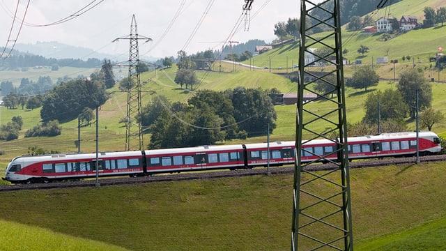 Ein Zug der Südostbahn fährt durch Samstagern im Kanton Schwyz