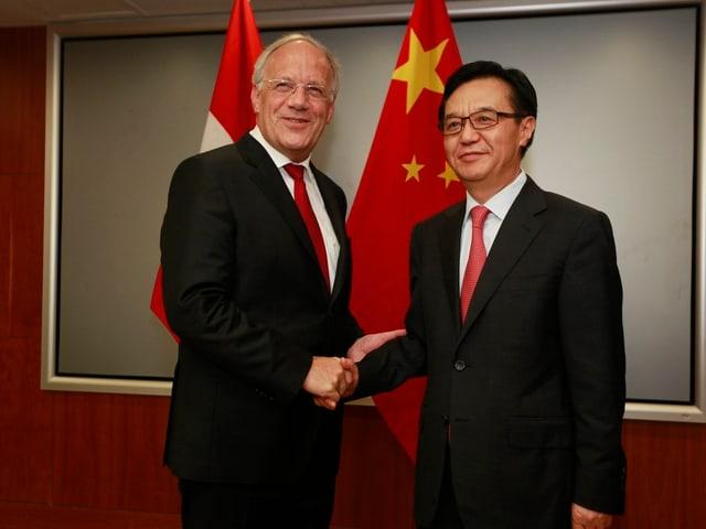 Johann Schneider-Ammann beim Händedruck in Peking.