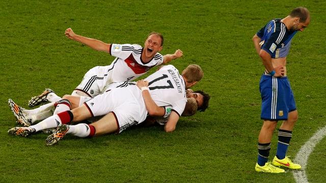 Grosse Erleichterung bei Höwedes und Co. nach dem Schlusspfiff im Endspiel.