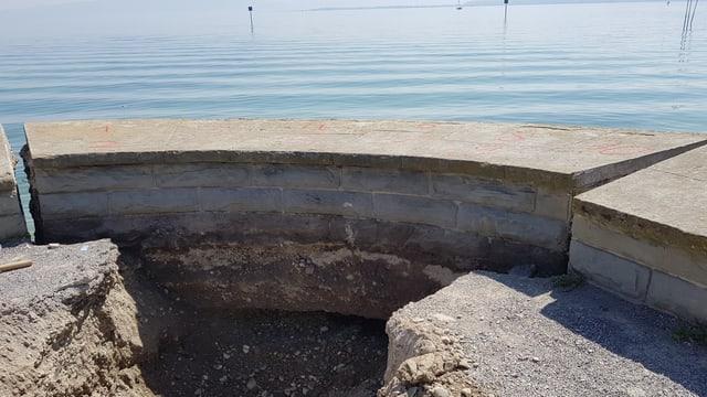 Loch in der Uferpromenade