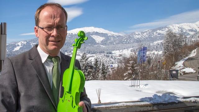 Mathias Kleiböhmer tegn la violina verda enta maun.
