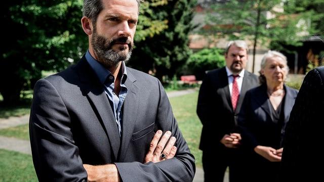 Schauspieler Martin Rapold. Im Hintergrund ist Mike Müller zu sehen.