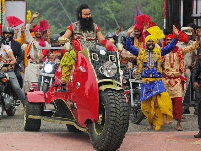 Guru Ram Rahim auf seinem Motorrad