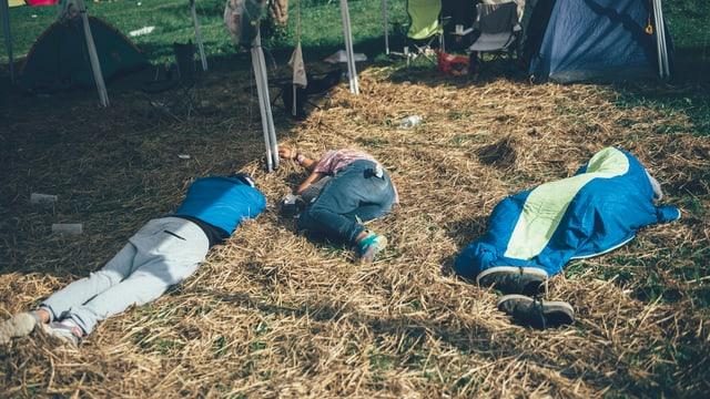 drei Menschen schlafen im stroh