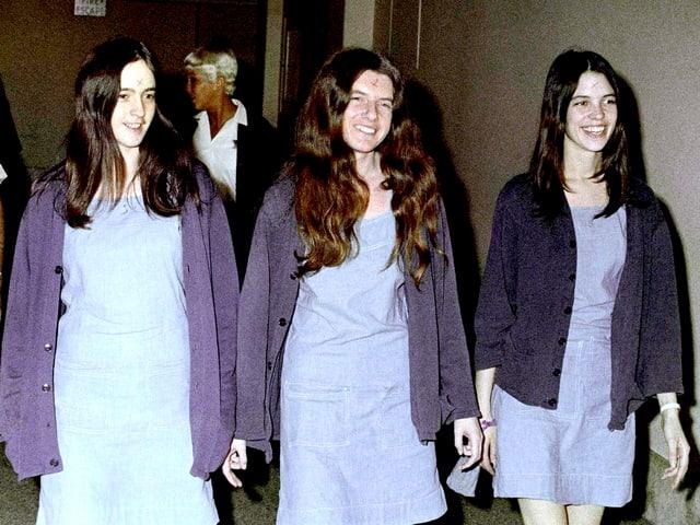 Die Manson-Anhängerinnen Susan Atkins (l.) und zwei Mittäterinnen 1970 auf dem Weg ins Gericht.