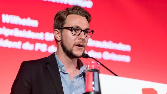 Philipp WIlhelm spricht auf einem Podium