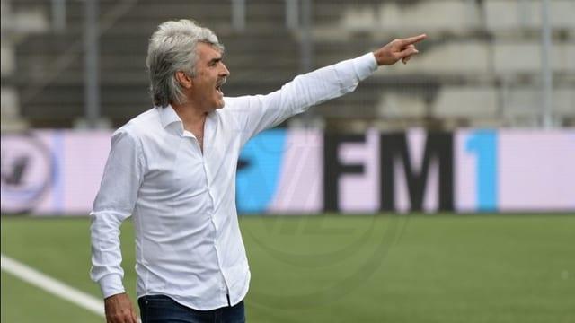 Trainer Tütüneker vor Fussballwiese