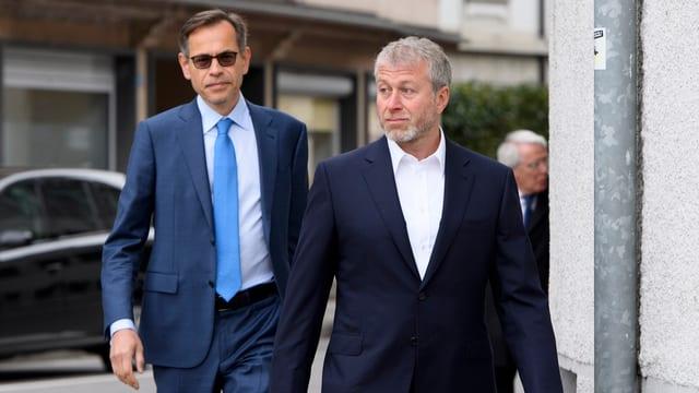 Ölmilliardär Roman Abramovich (r) trifft in Begleitung seines Anwalts André De Cort beim Gericht ein.