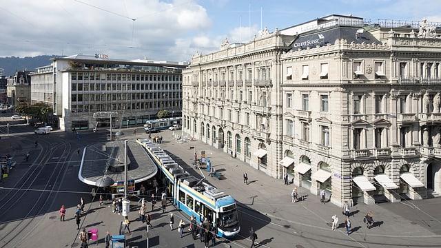 Il Paradeplatz a Turitg cun las duas bancas UBS ed Credit Suisse.