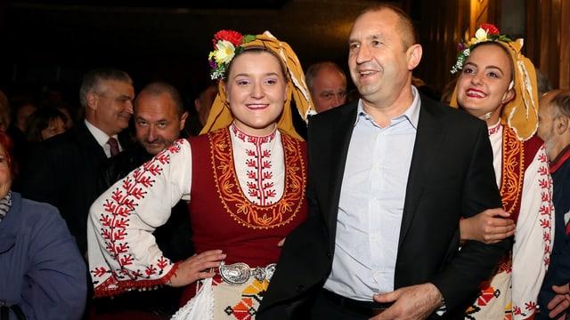 Rumen Radew mit zwei Frauen in bulgarischer Nationaltracht.