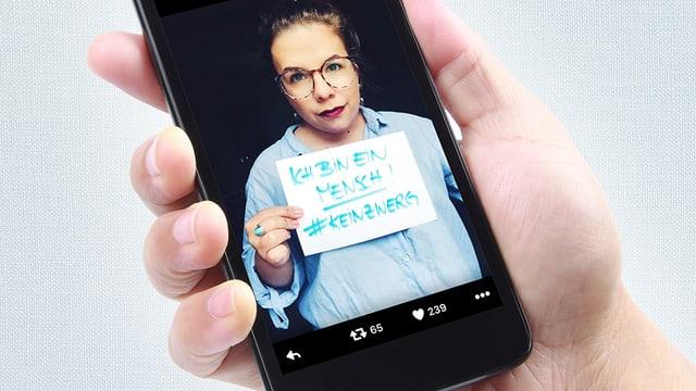 """Auf einem Handy ist das Foto einer kleinwüchsigen Frau zu sehen. Sie hält einen Zettel mit der Aufschrift """"Ich bin ein Mensch! #keinZwerg"""""""