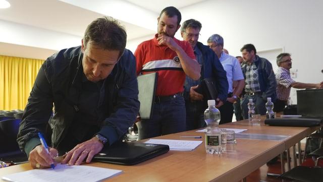 Ils presidents communals da la Regio Viamala han suttascrit il contract davart la strategia Grischun 2030.