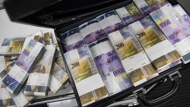 Geldscheine in einem Koffer.