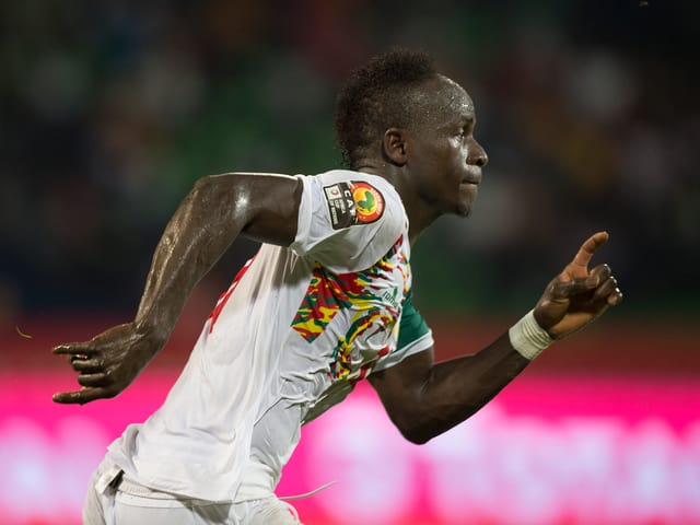 Sadio Mané vom FC Liverpool im Senegal-Dress im Vollsprint.