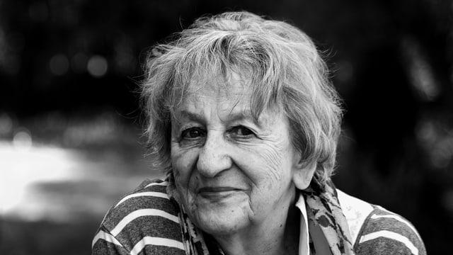 Schwarz-Weiss-Porträt von Ingrid Noll mit gestreiftem Shirt.