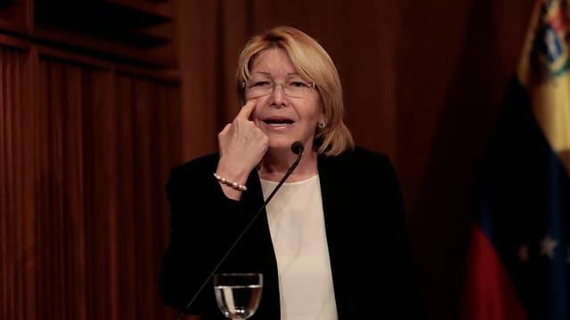 Generalstaatsanwältin Luisa Ortega zeigt mit einem Finger auf ihr Auge.