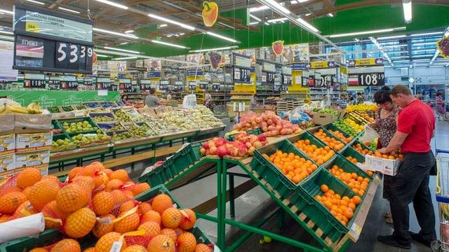Obstregal eines Supermarktes im russischen Novosibirsk