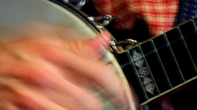 Eine Hand an einem Banjo.