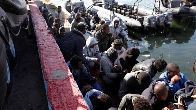 Migranten am Hafen in Tripolis, nachdem sie auf See gerettet werden mussten.