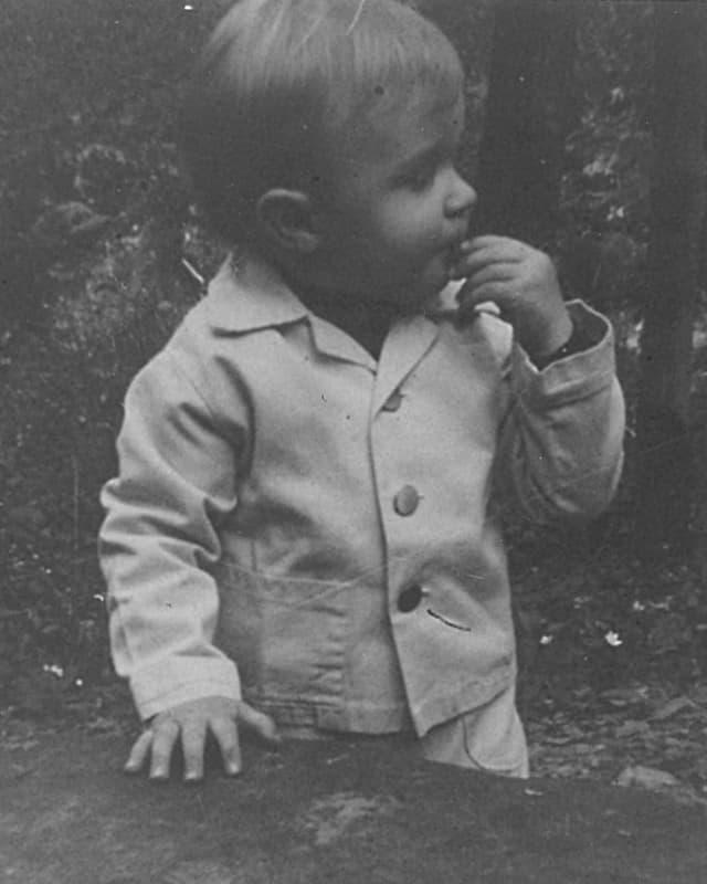 Kleiner Junge in Anzug.