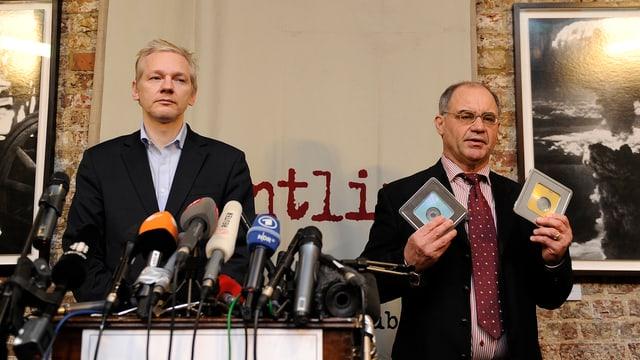 Rudolf Elmer und Julian Assange an der Medienkonferenz im Januar 2011 in London.